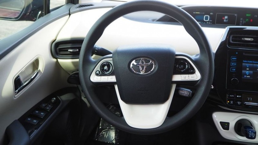 /storage/inventories/1013/1013_2018_Toyota_Prius_33.JPG